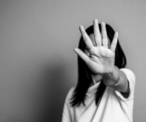 Kako in zakaj splet postaja nevarno okolje za dekleta in ženske?